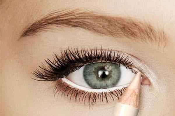 قلم تحديد العين الابيض